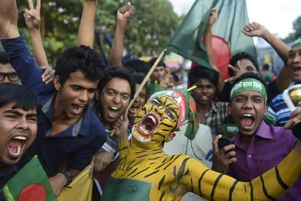 Bangladeshi-cricket-fans-shout-as-they-wait-to-welcome-the-Bangladesh-cricket-team.jpg.6838badd6b22e192699f4449006c7fbf.jpg
